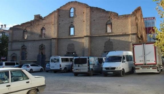 200 yıllık kilise otopark oldu