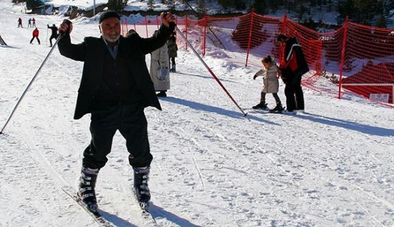 76 yaşındaki Dede'nin kayak keyfi