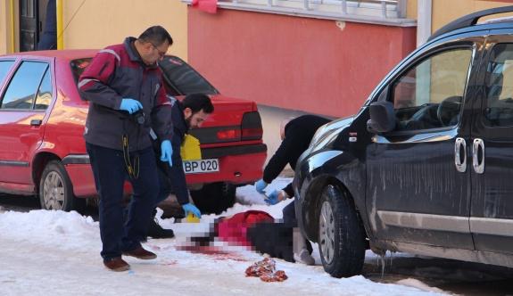 Kadın sokakta bıçaklanarak öldürüldü