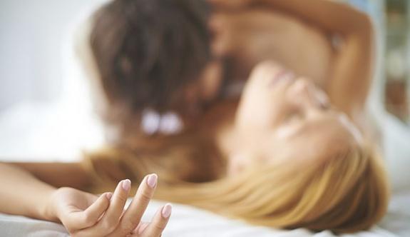 Kocasını başka erkekle yatakta yakadı