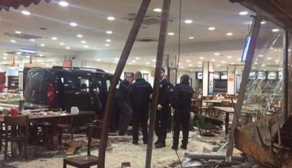 Gasp ettiği araçla restorana daldı: 11 kişi yaralandı