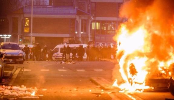 Paris'te copla tecavüz iddiası; protestocular karakola saldırdı