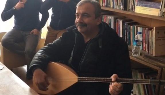 Sırrı Süreyya Önder'den, akademisyenlere 'bağlamalı' ziyaret...