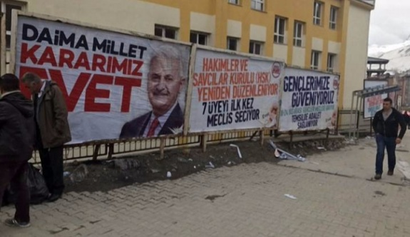 AK Parti, YSK'nin HDP'ye tahsis ettiği billboardlara kendi afişlerini astı!