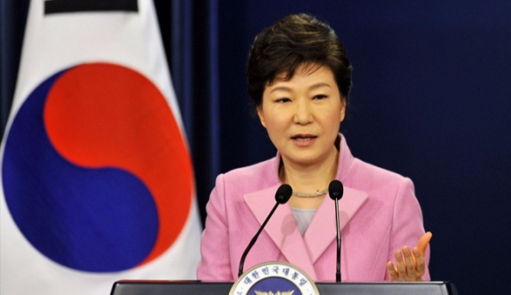 Güney Kore Cumhurbaşkanı, yolsuzluk suçundan görevinden azledildi