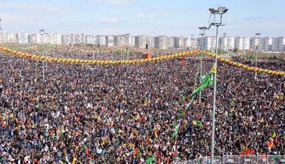 HDP'den Newroz yanıtı: Kalabalıktan sizi göremedik, konum atın!