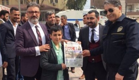 Polis, AKP'lilerle 'evet' broşürü dağıttı!