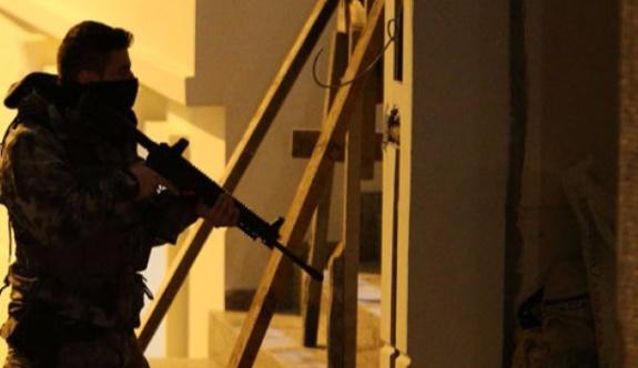 Uyuşturucu satıcıları polislere otomatik silahla saldırdı!