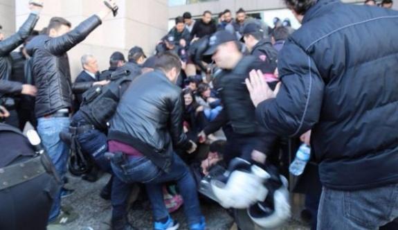 Polisler avukatları önce dövdü, sonra 'elimiz ağrıdı' diye dava açtı!