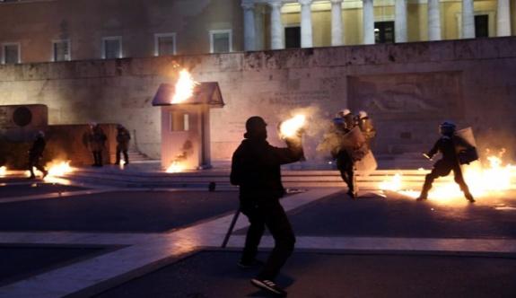 Yunanistan'da halk meclise yürüdü