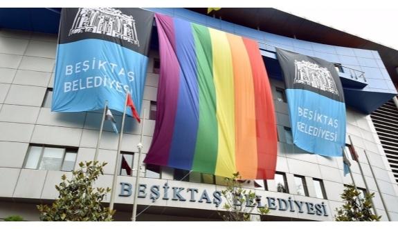 Beşiktaş Belediyesi'nin binasına gökkuşağı bayrağı