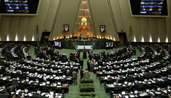 İran parlamentosunda silah sesleri