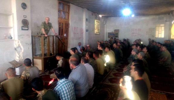 Korgeneral Aksakallı, El Bab'da minbere çıkıp konuşma yaptı