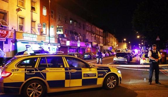 Londra'da bir araç cami yakınındaki kalabalığın arasına daldı: 1 ölü, 8 yaralı