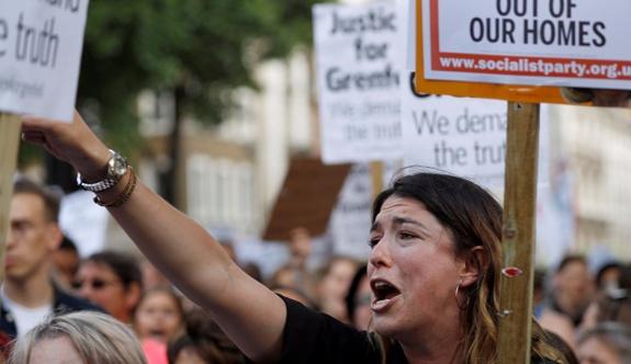 Londra halkı, yangın faciasının ardından hükümeti protesto etti