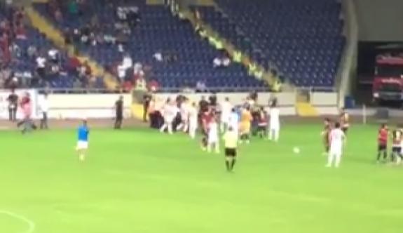 Mersin'de taraftar sahaya indi, Amedspor oyuncularına saldırdı