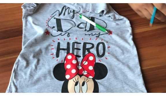 """""""My Dad My Hero"""" yazılı tişört giyen küçük çocuk annesiyle birlikte gözaltına alındı!"""