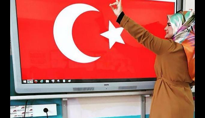'Bozkurt' işareti yapan öğretmenin işine son verildi