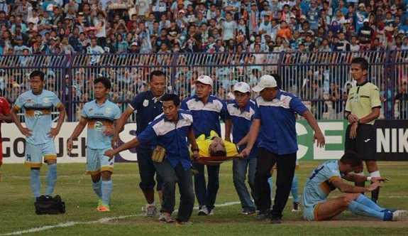 Endonezyalı kaleci maç esnasında hayatını kaybetti