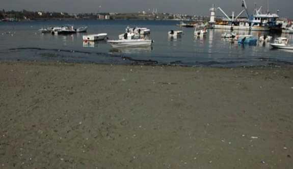Tekirdağ'da deniz suyu çekildi.