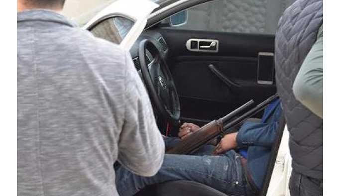 Genç adam otomobilinde başından vurulmuş şekilde bulundu