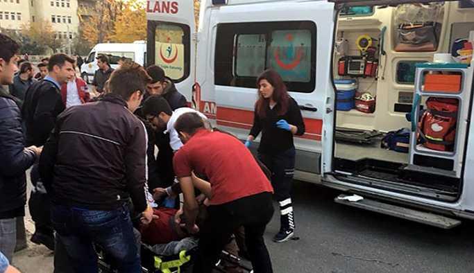 İki lise öğrencisi  okul önünde bıçaklandı