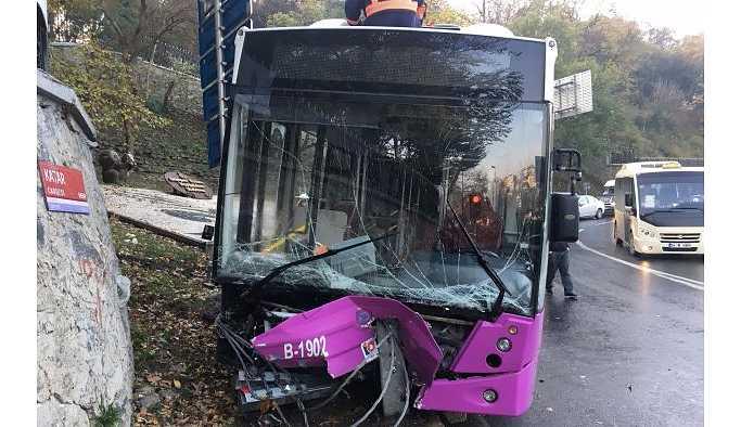 İstinye'de özel halk otobüsünün freni boşaldı