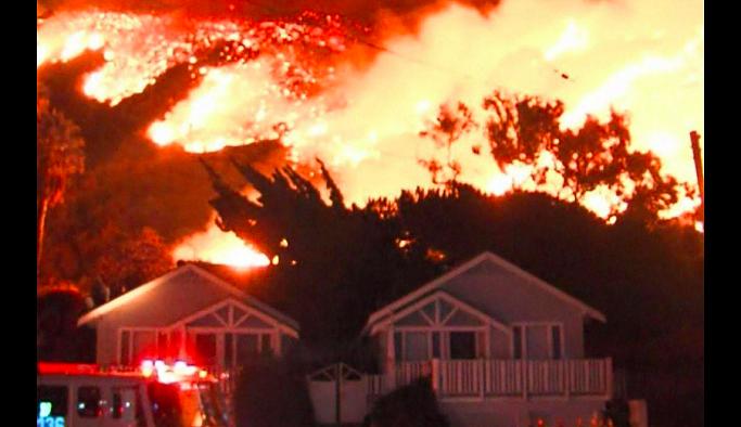 California alevler içinde: Ünlü isimler de bölgeyi terk etti