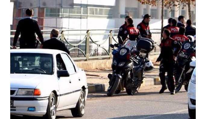 Düğün konvoyundaki arbedede 2 polis yaralandı