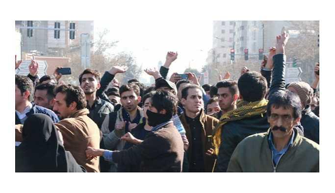 """İran'da protesto; """"Ruhani'ye ölüm"""" ve """"Mollalar dışarı"""" sloganları"""