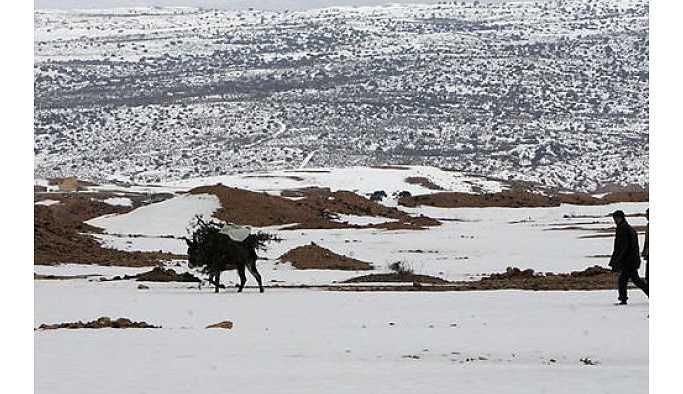 Sahra çölüne kar yağdı