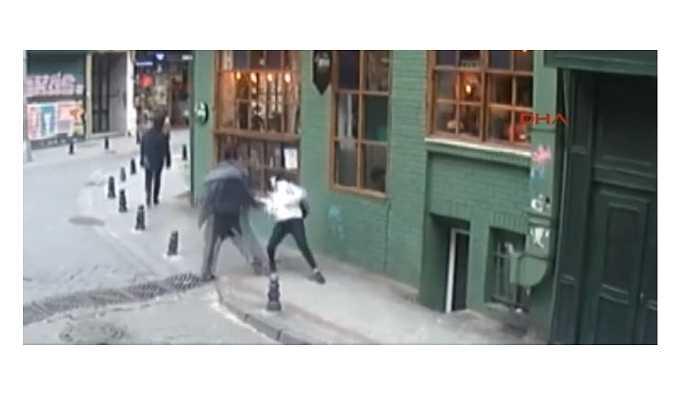 Sokak Ortasında Yürüyen Kıza Yumruklu Saldırı!