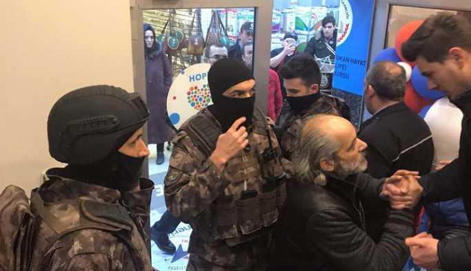 Adapazarı'nda silahlı bir kişi, yabancı dil kursu çalışanlarını rehin aldı.