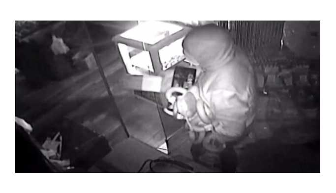 Hırsızlar, marketten gerçek sandıkları maket pastırmaları çaldı!