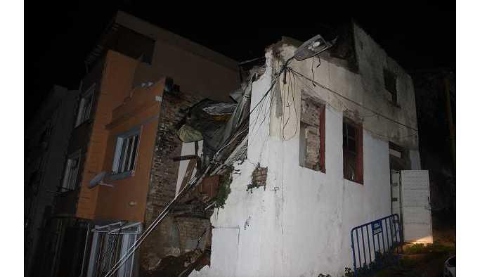 İstanbul Şişli'de iki katlı ev aşırı yağıştan dolayı çöktü.