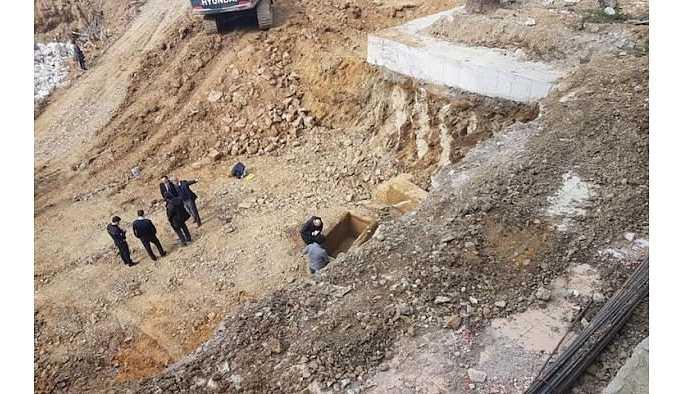 Kadıköy'de temel kazısından Roma dönemine ait lahitler çıktı.