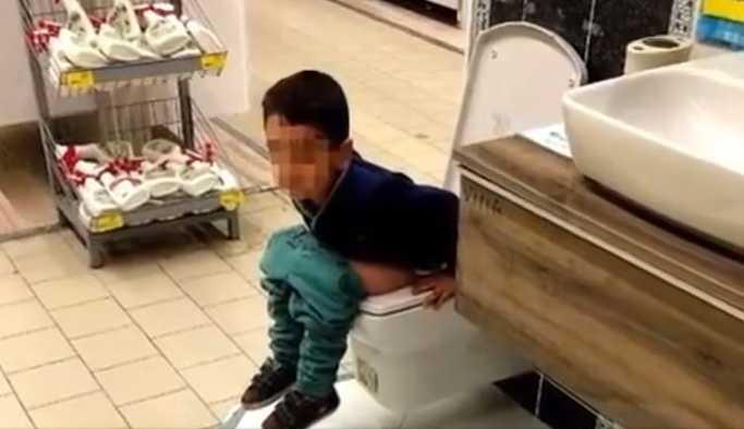 Küçük çocuk mağazada satışa sunulan klozete tuvaletini yaptı