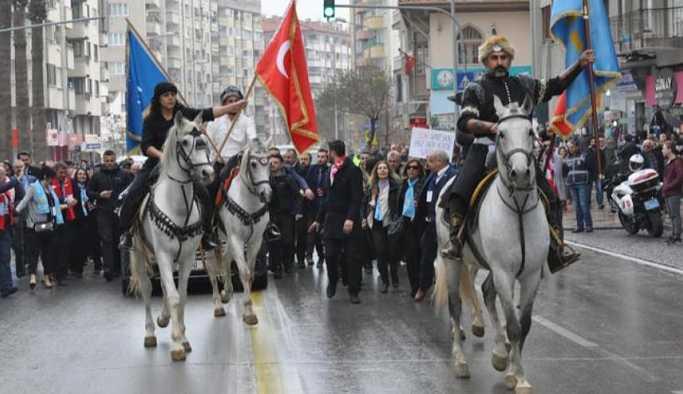 Meral Akşener'e Denizli'de atlı karşılama