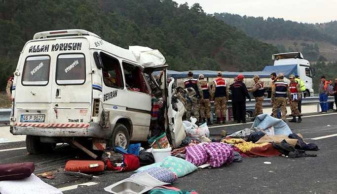 Minibüs kamyona çarptı