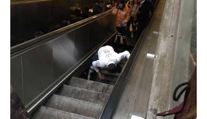 Yürüyen merdiven çöktü