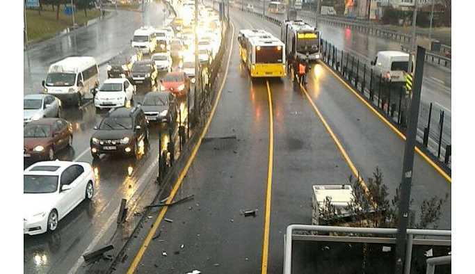 E-5'te kaza: Metrobüs seferlerinde aksama