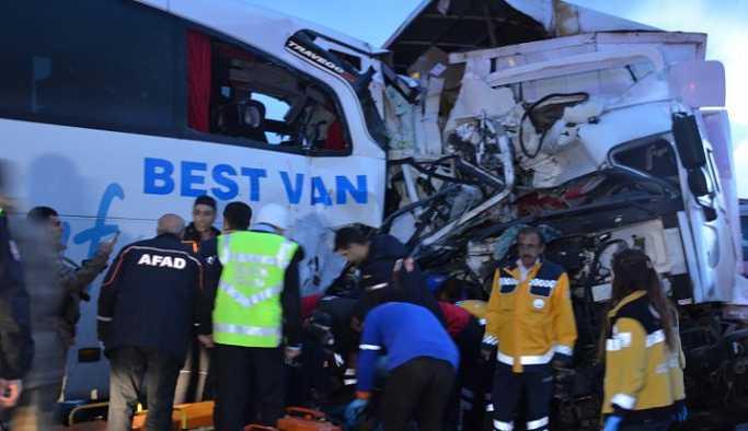 Kamyonla yolcu otobüsü çarpıştı: 1 ölü, 40 yaralı