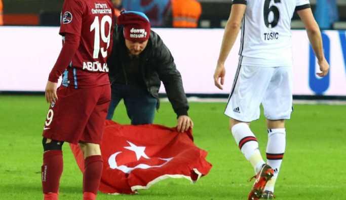 Trabzonspor Beşiktaş maçında Türk bayrağı ile sahaya daldı