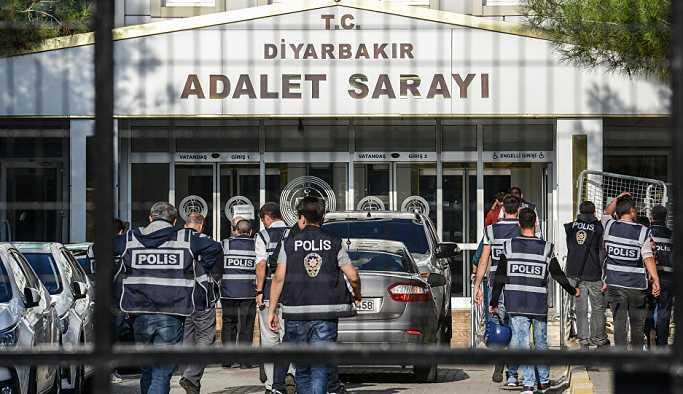 Diyarbakır Adalet Sarayı 'Çocuklar ölmesin' diyen Ayşe Öğretmen, bebeğiyle beraber cezaevine girdi