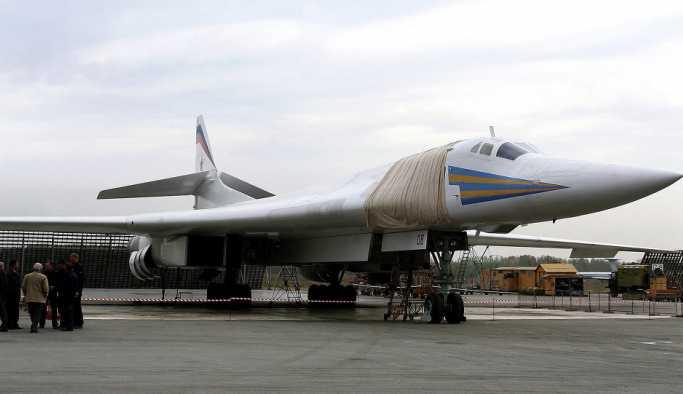 Rus bombardıman uçağı Tu-160 Amerikan menşeili 'rakibiyle' karşılaştırıldı