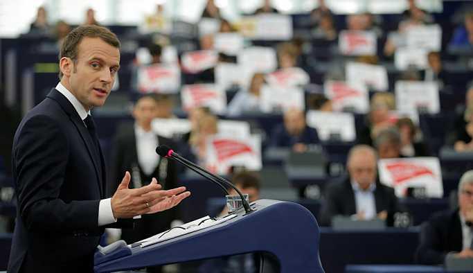 Suriye'ye 'uluslararası toplumun onuru için saldırdık' diyen Macron'a AP'de protesto