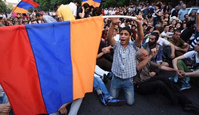 Erivan'da göstericiler, belediye binasını bastı