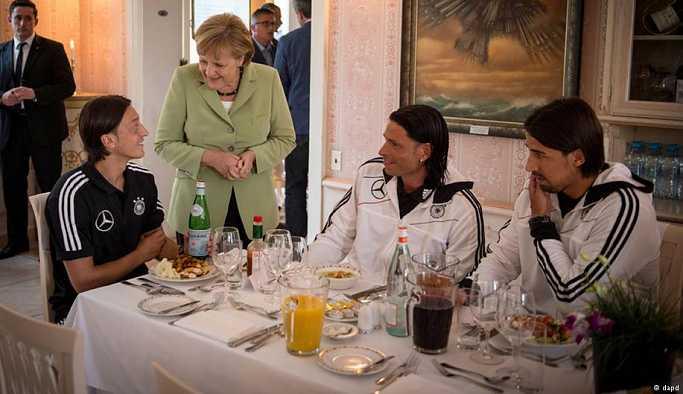 Merkel, Özil ve Gündoğan'ın Erdoğan ile buluşmasını eleştirdi