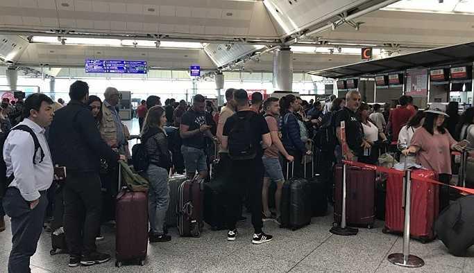 Tatil dönüşleri başladı: Atatürk Havalimanı'nda yolcu yoğunluğu