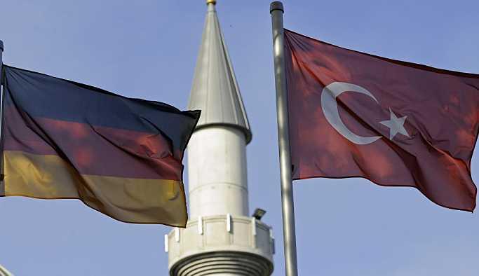 Almanya'da bir araç, camiden çıkan cemaatin arasına daldı
